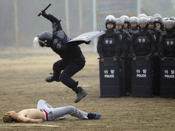 a-chinese-swat-officer-shows-how-to-control-a-rioter